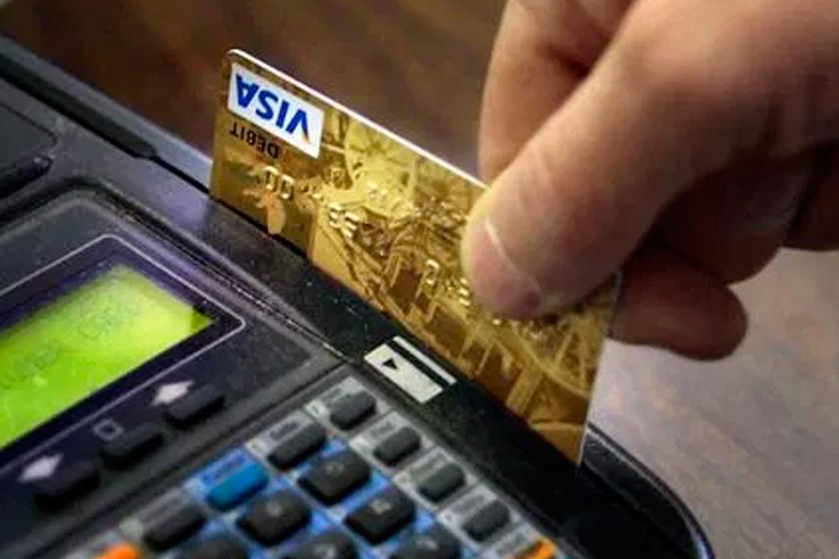 Están cobrando cargos extras por uso de tarjetas de crédito en NYC sin avisar